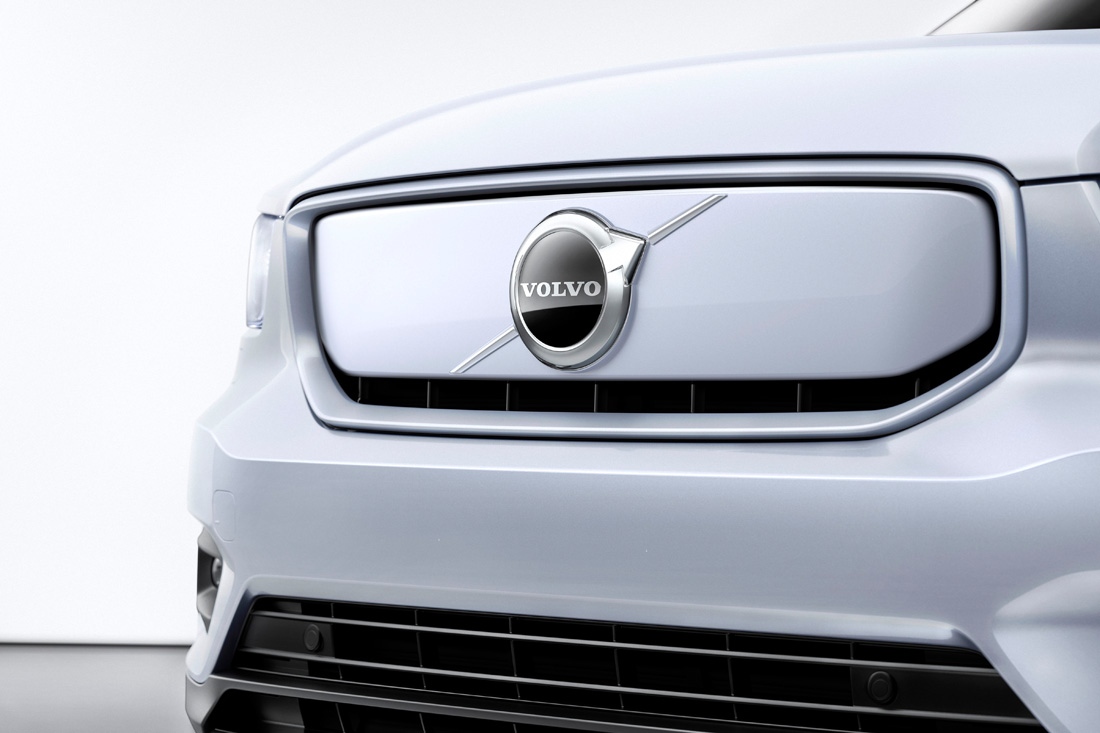 259195_Volvo_XC40_Recharge_P8_AWD_in_Glacier_Silver.jpg