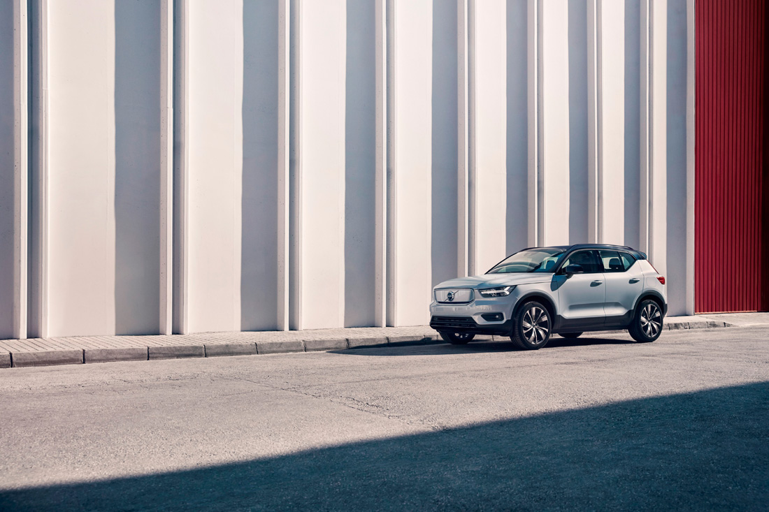 259206_Volvo_XC40_Recharge_P8_AWD_in_Glacier_Silver.jpg