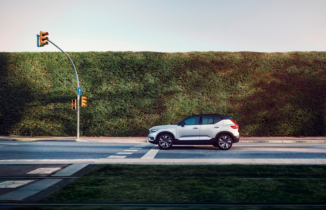 259207_Volvo_XC40_Recharge_P8_AWD_in_Glacier_Silver.jpg