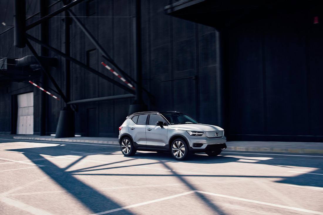 259209_Volvo_XC40_Recharge_P8_AWD_in_Glacier_Silver.jpg