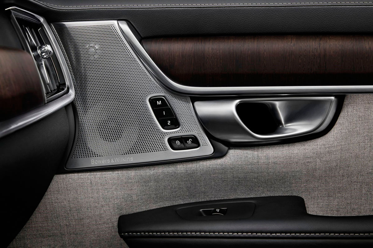 268127_Volvo_Premium_Sound_System_by_Bowers_Wilkins_im_Volvo_Interieur.jpg
